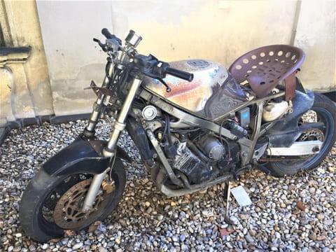 砂利に停めるバイク
