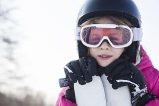 スキー板をもつ女の子